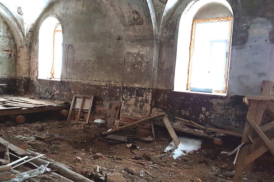 Внутри храма до начала восстановительных работ
