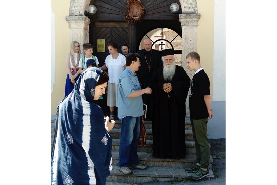 Архимандрит монастыря Великая Ремета Стефан с русскими паломниками