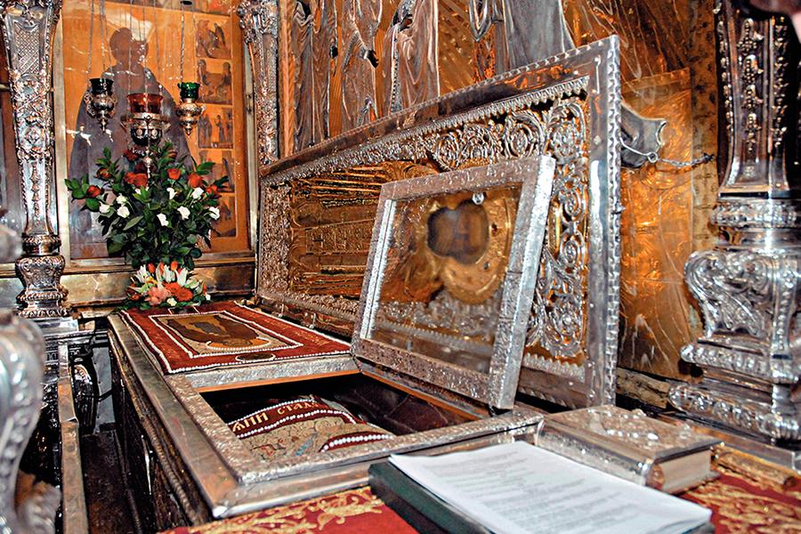 Рака с мощами Преподобного Сергия в Лавре.jpg