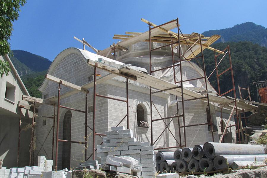 Строящийся храм во имя преподобного Паисия Святогорца в монастыре Стомион, Коница