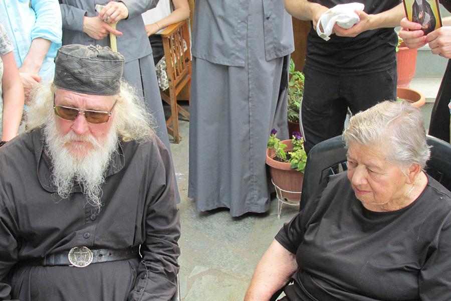 Игумен Киприан с женой родного брата преподобного Паисия Святогорца Наталией Эзнепидис