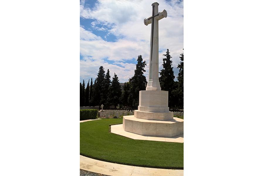 Крест в конце аллеи кладбища в Салониках