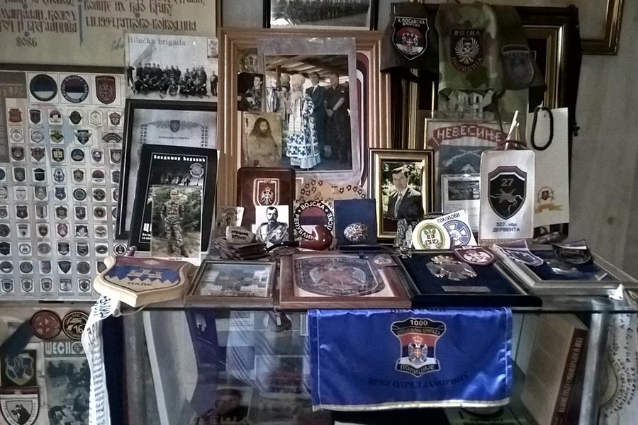 Внутри часовни - знаки уважения и признательности сербов павшим соотечественникам