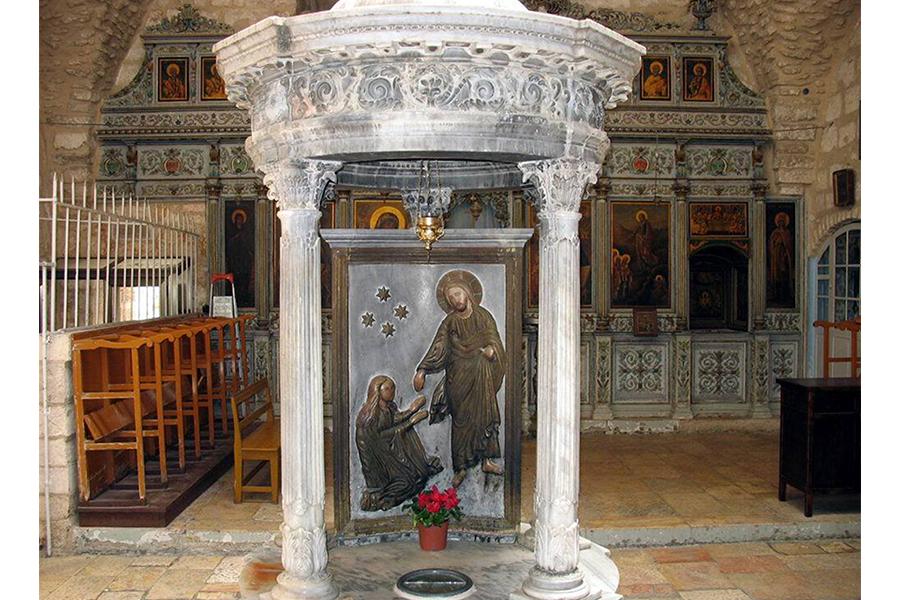 Церковь святого Иакова в Иерусалиме, круг перед иконой обозначает место, куда упала голова апостола во время казни