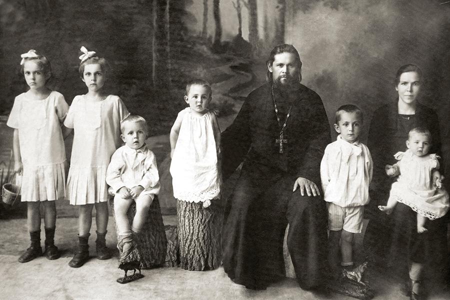 Священник Василий Носов с семьей