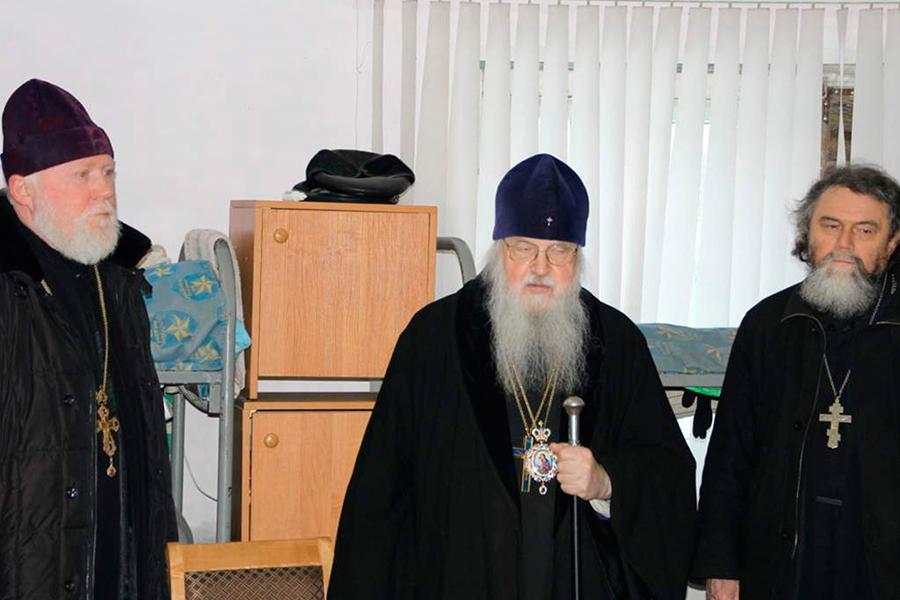 Владыка Евлогий в приюте, слева от него отец Сергий, справа отец Лев