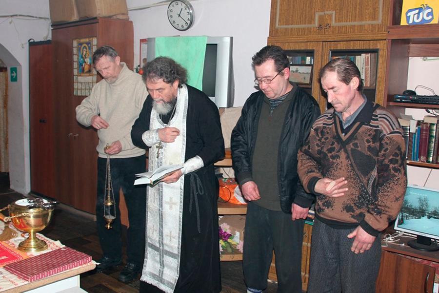 Праздничный молебен в приюте в праздник Крещения Господня совершил отец Лев