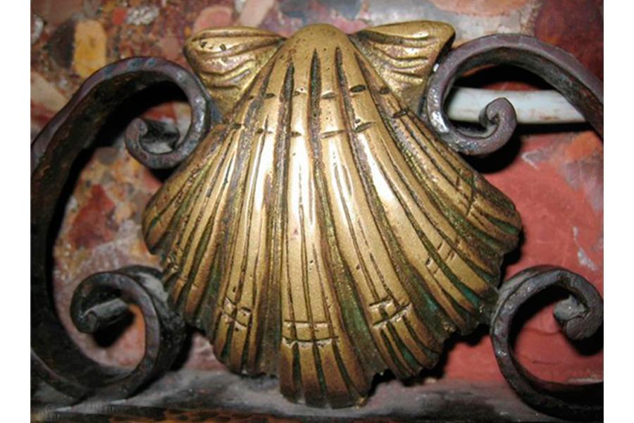 Раковина на ограждении гробницы с мощами апостола Иакова