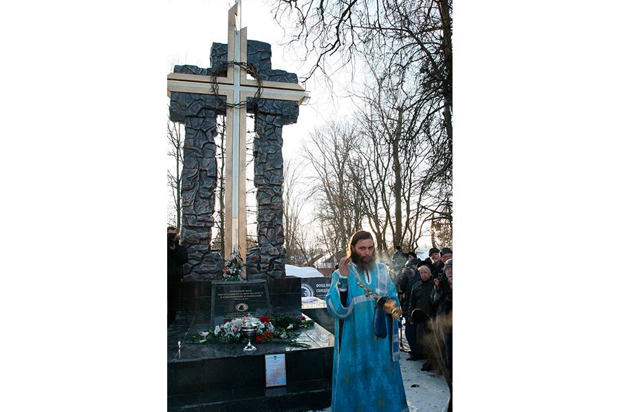 Поминальный крест в Сергиевом Посаде, установленный в декабре 2012 г.