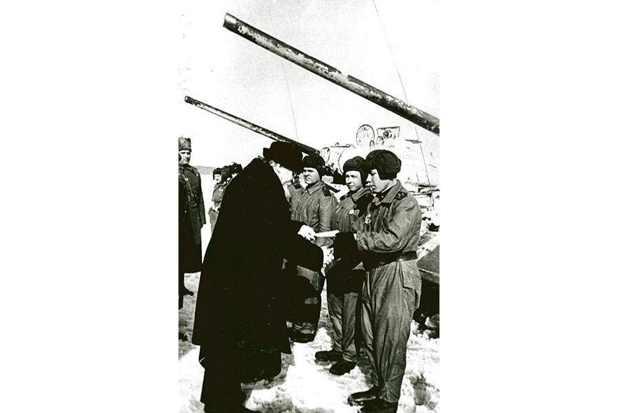 Митрополит Крутицкий и Коломенский Николай передает документы на танки