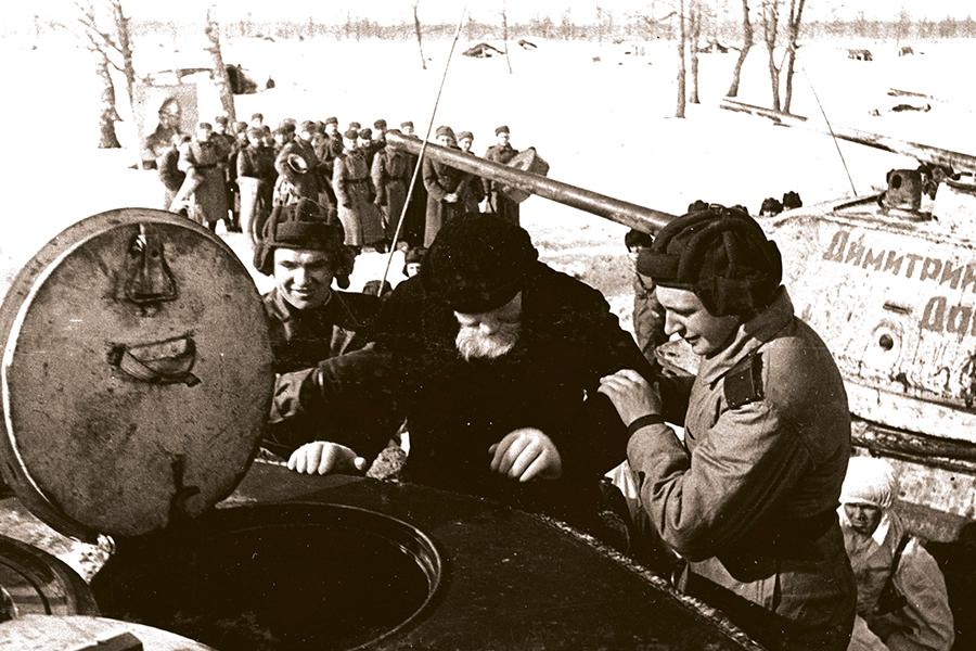Митрополит Николай на башне танка