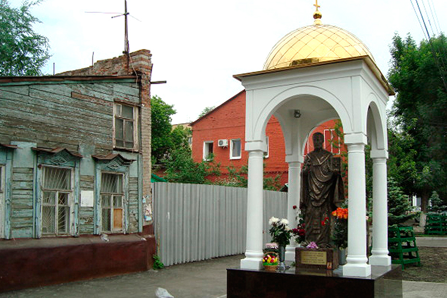 В 2012 году неподалеку от Зоиного дома был установлен памятник Святителю Николаю Чудотворцу