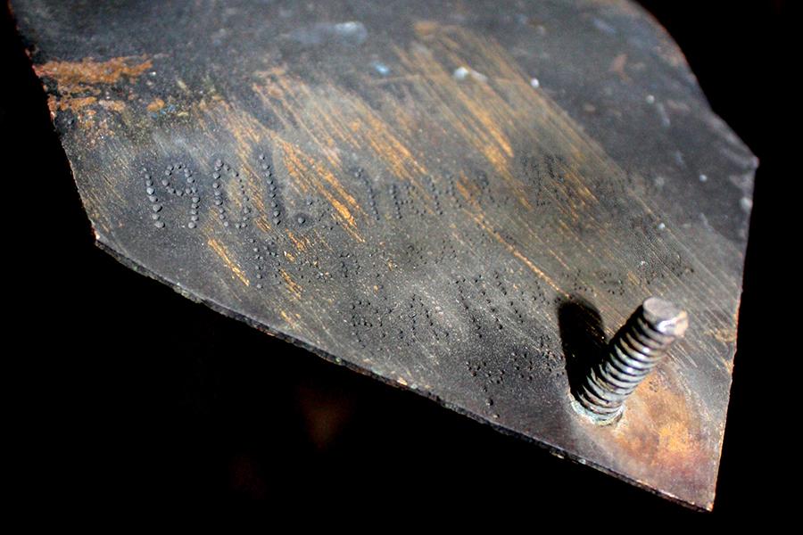 На старом кресте сохранилась дата изготовления и имя мастера