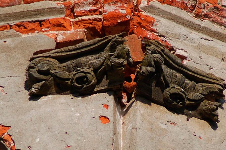 Барочный декор на савцынской колокольне выполнен из дуба