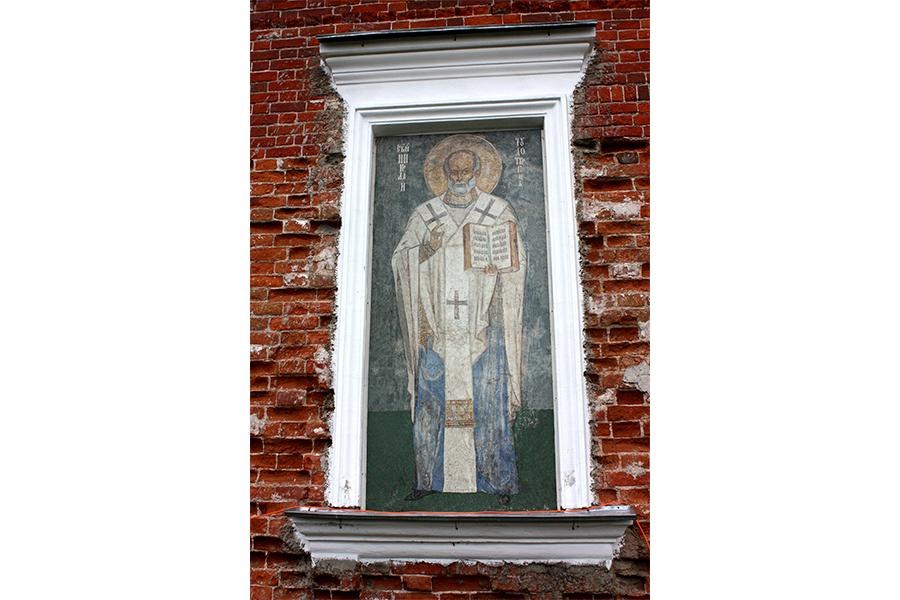 Икона Святителя Николая в наружней нише храма