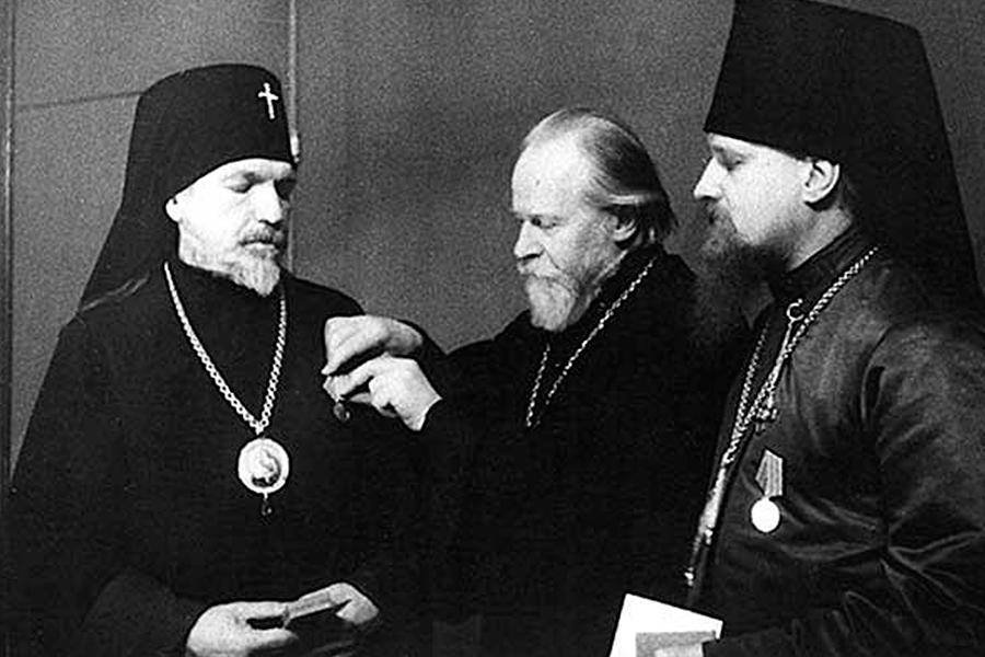 Митрополит Николай вручает медали за оборону Москвы