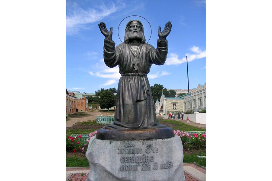 Памятник преподобному Серафиму Саровскому в Курской коренной пустыни