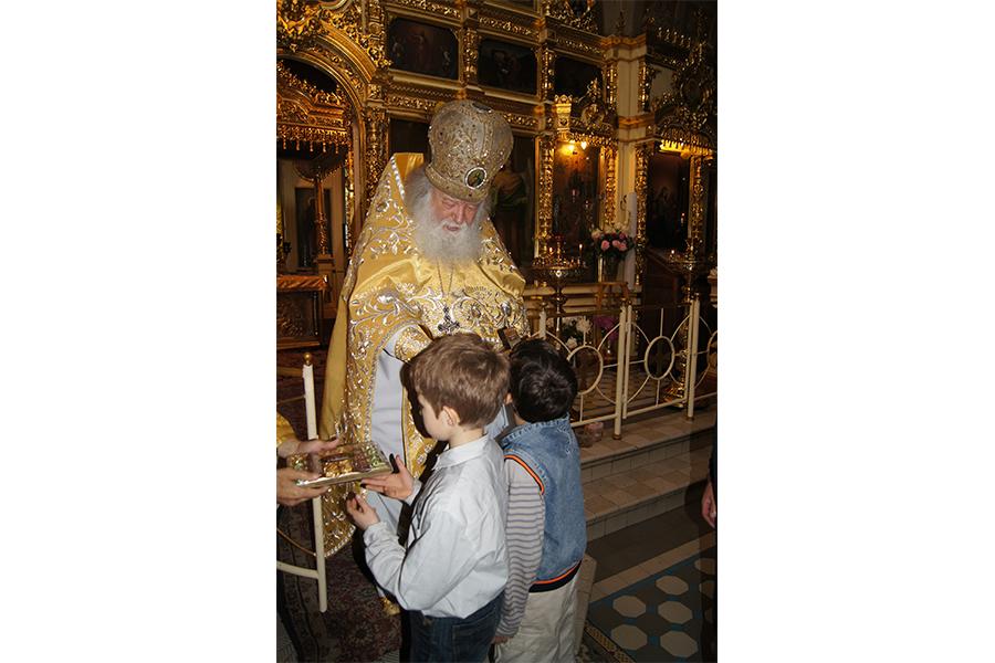 Отец Валериан с детьми в храме в Акулово
