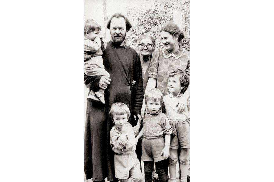 Отец Валериан в Переделкине с семьей в начале своего священнического служения