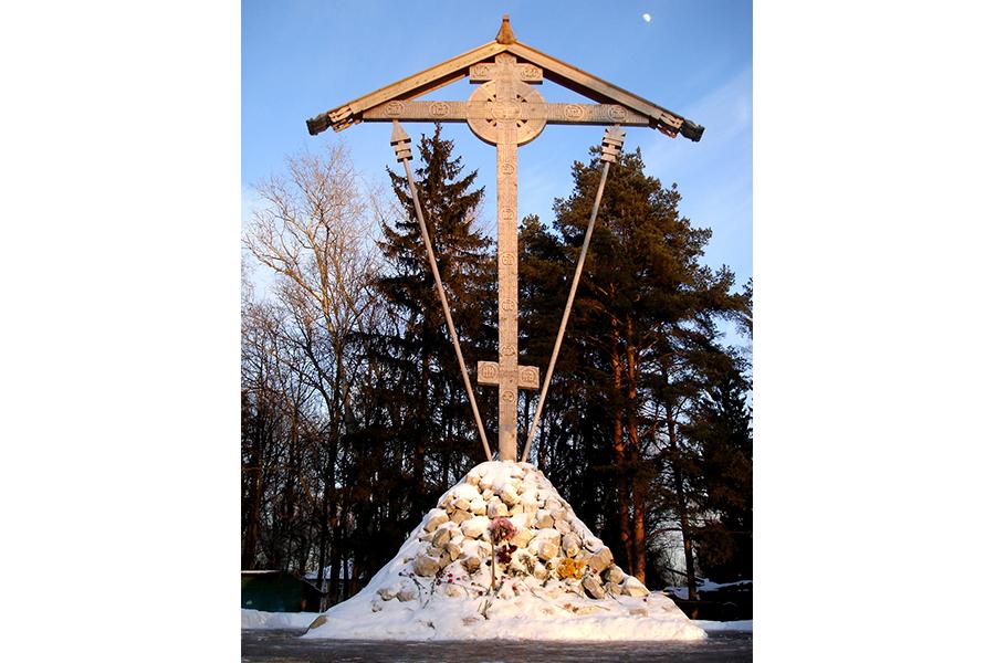 12-метровый Поклонный крест, изготовленный в Соловецком монастыре, был установлен и освящен на Бутовском полигоне 8 августа 2007 г