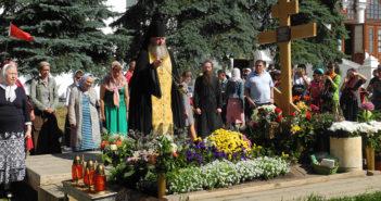 Молитва у могилы отца Кирилла