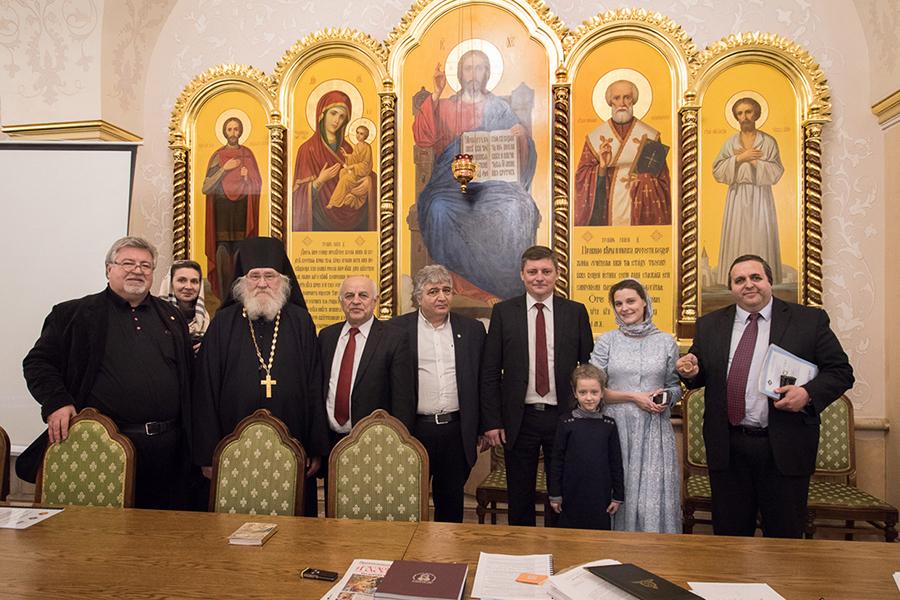 Игумен Киприан с участниками круглого стола