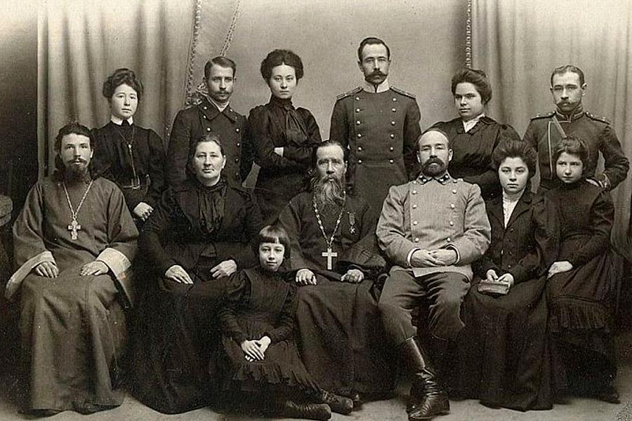 Протоиерей Стахий Полянский с женой Елизаветой Лукиничной и детьми