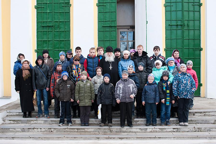 Протоиерей Валериан у храма в селе Акулово с детьми