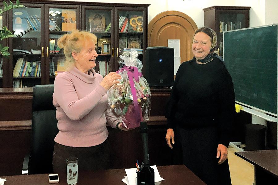 Татьяна Владимировна Воробьева с директором школы Светланой Михайловной Балакшиной (справа)