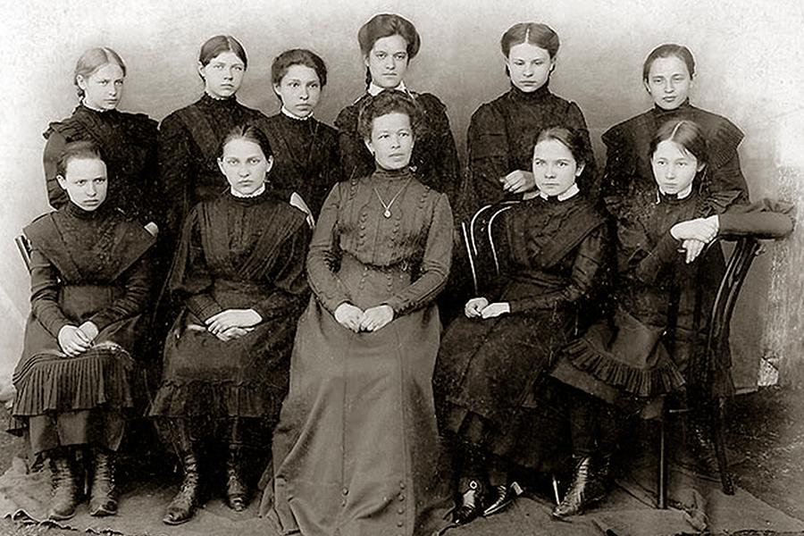 Учащиеся женской гимназии города Сапожок с директором Анной Дмитриевной Носовой
