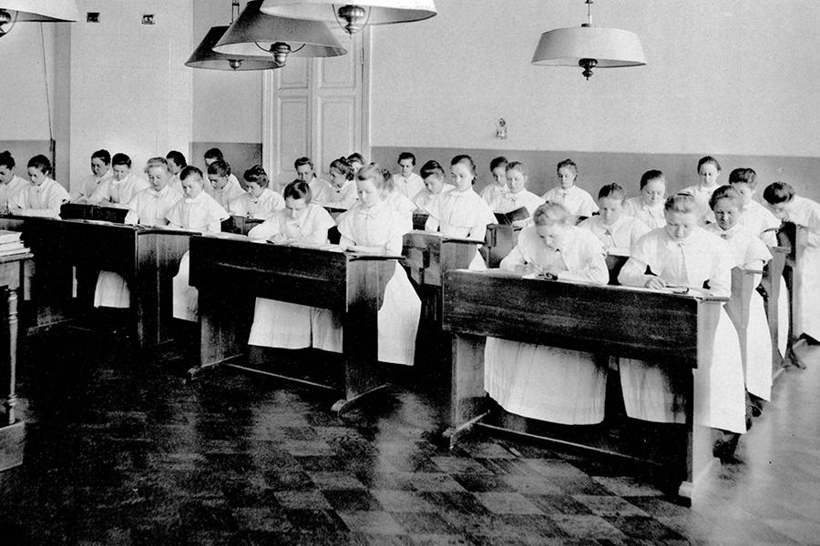 Приготовление уроков в первом классе Елизаветинского института
