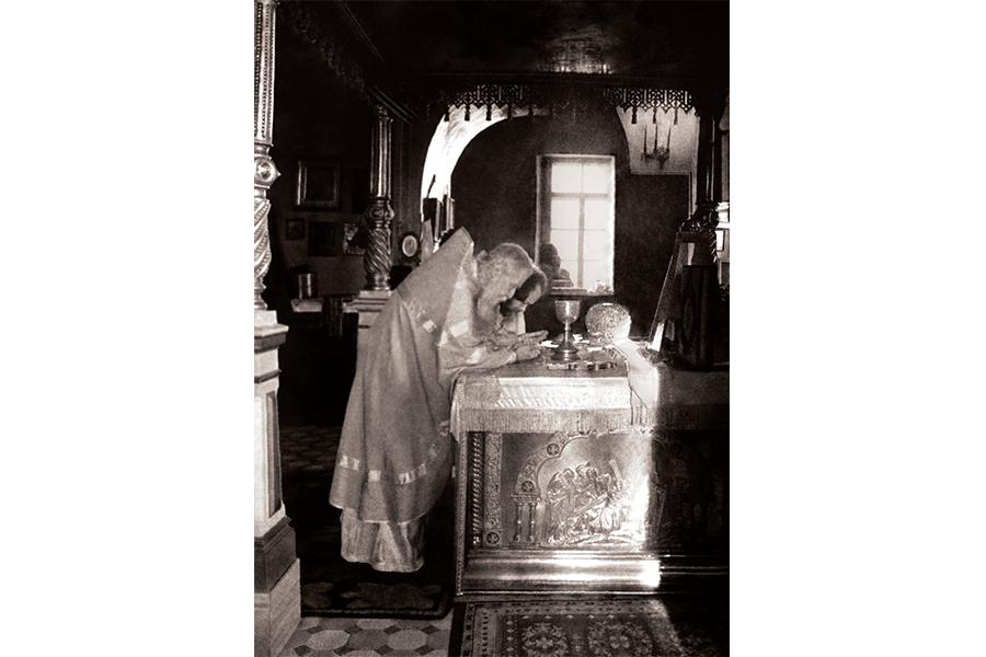 Отец Сергий Орлов и отец Валериан Кречетов в алтаре Покровского храма