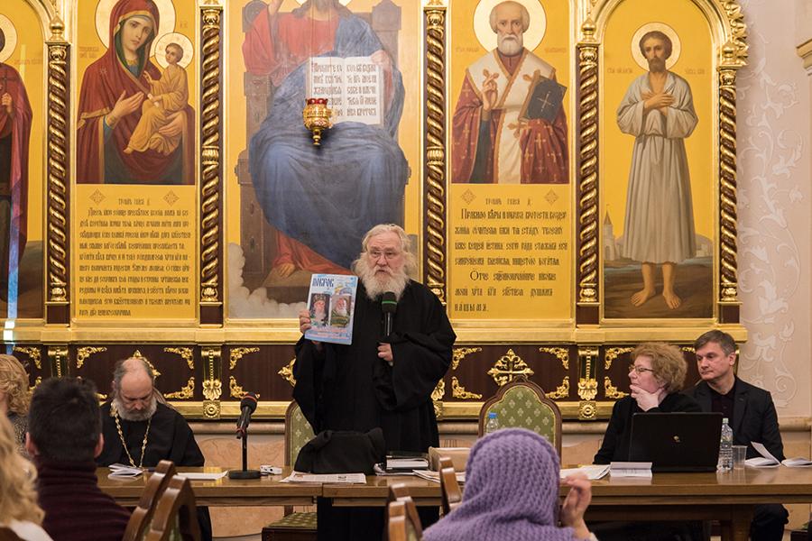 Игумен Киприан (Ященко) представляет участникам круглого стола первый номер журнала Покров