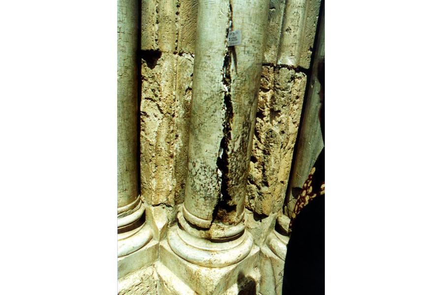 Треснувшая колонна от Благодатного огня