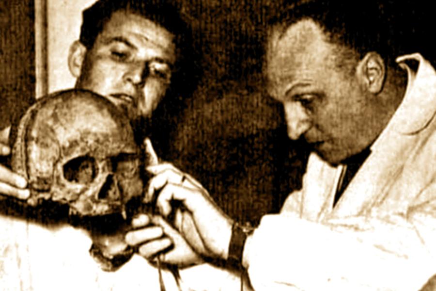 Профессор Луиджи Мартино делает замеры черепа Святителя Николая