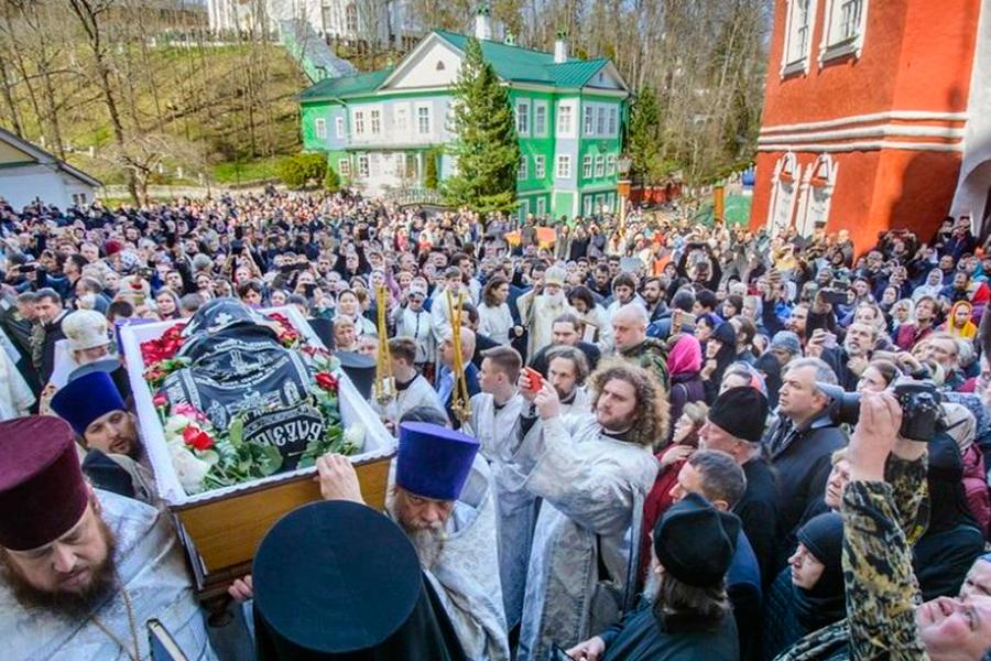 Погребение архимандрита Адриана (Кирсанова) в Псково-Печерском монастыре 30 апреля