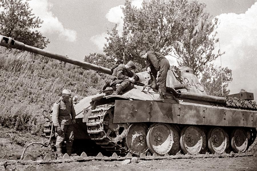 Красноармейцы осматривают танк Пантера,захваченный частями Красной Армии в боях на Курской дуге