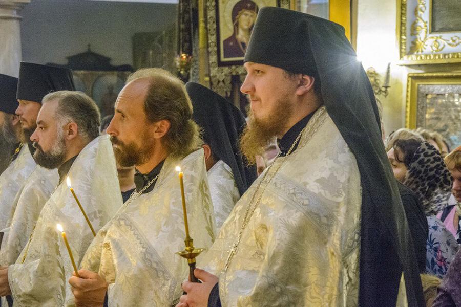Врач больницы, иерей Игорь Блинов (в центре)