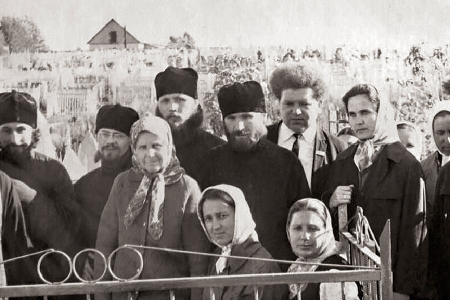 Ежегодно отец Кирилл приезжал в Маково, служил панихиды и литии на могилах родителей и сестер