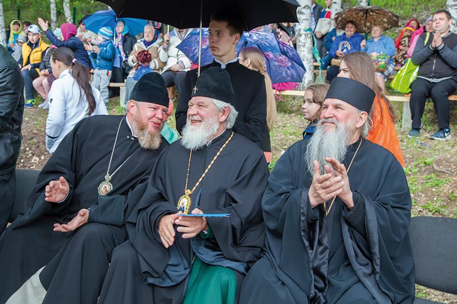 На фото (слева направо) епископ Отрадненский и Похвистневский Никифор, митрополит Самарский и Тольяттинский Сергий и архимандрит Георгий (Шестун)