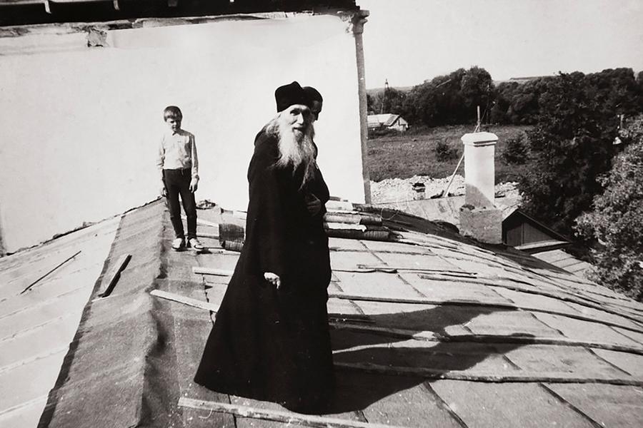 Отец Кирилл на крыше восстанавливающегося храма в Макове