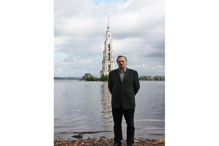 Автор книги С.С. Носов около затопленной колокольни в Калязине, 2017 г.