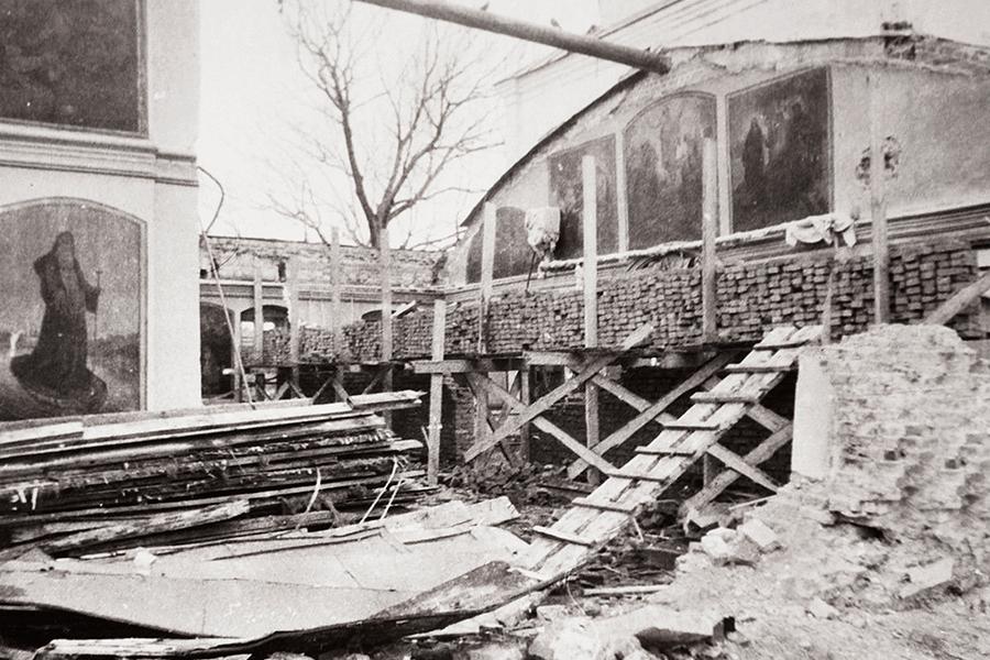 Разрушения церкви после падения колокольни в 1989 году