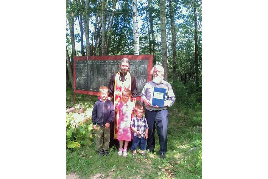 Владимир Мартышин с зятем и внуками