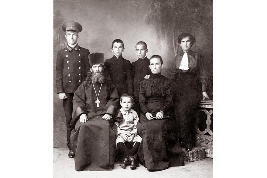 Священник села Савцына Николай Алексеевич Носов с женой и детьми