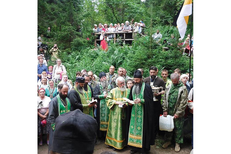 Завершение Иринарховского крестного хода возле источника преподобного Иринарха Затворника
