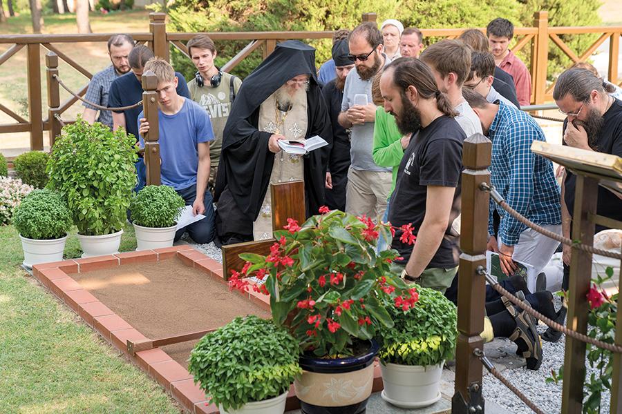 У могилы преподобного Паисия Святогорца в Суроти