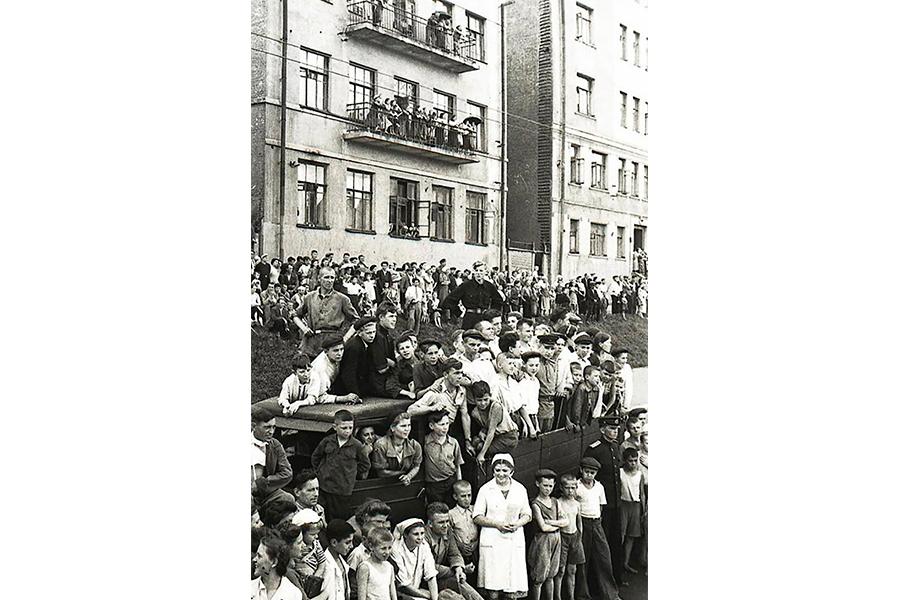Ярость благородная внезапно уступала место человеколюбию и жалости при виде голодных и жалких пленных немцев