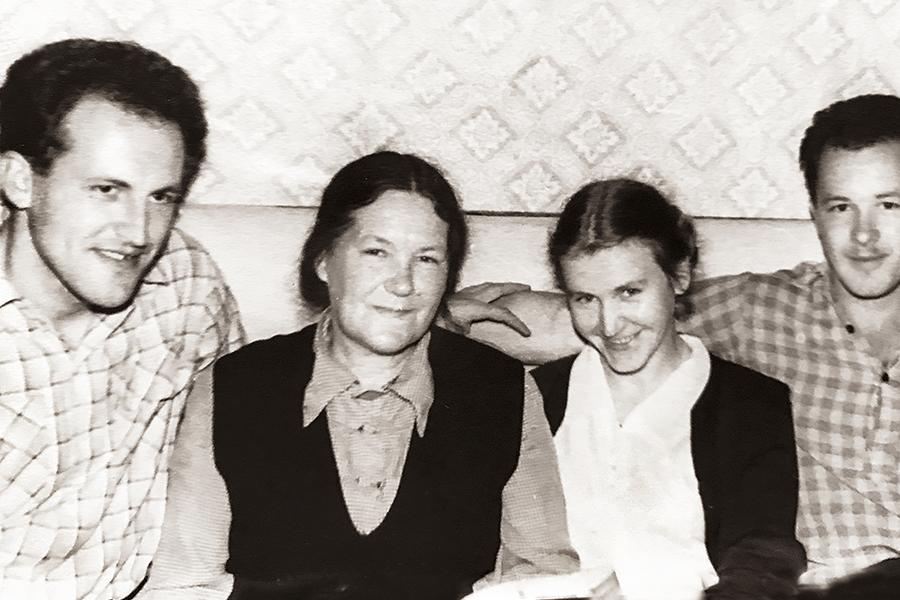 Любовь Владимировна Кречетова с сыновьями: Николаем (слева) и его супругой Екатериной (в девичестве Пелих) и Валерианом (справа), 1962 г.