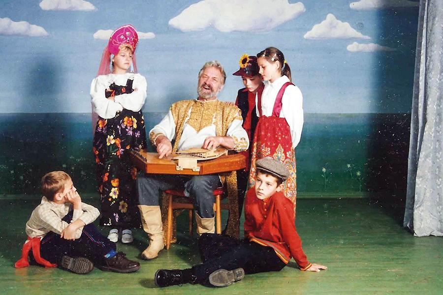 Сцена из спектакля школьного театра